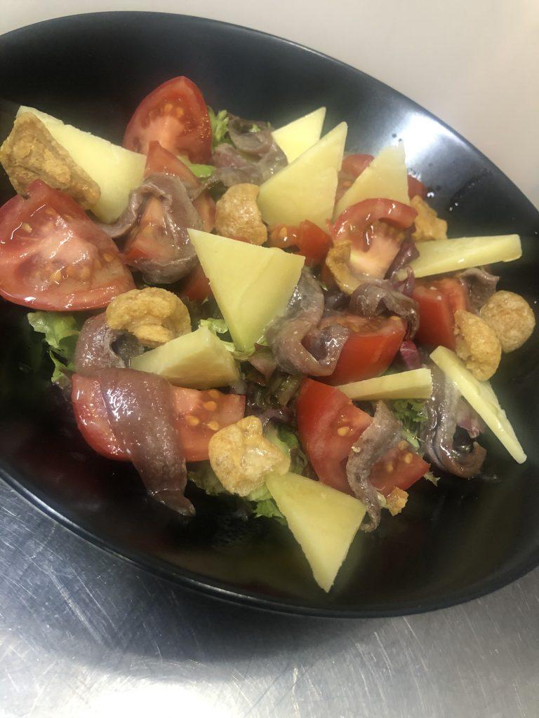 El Pintu Llaviana - Ensalada tomate asturianu, anchoes y quesu Varé